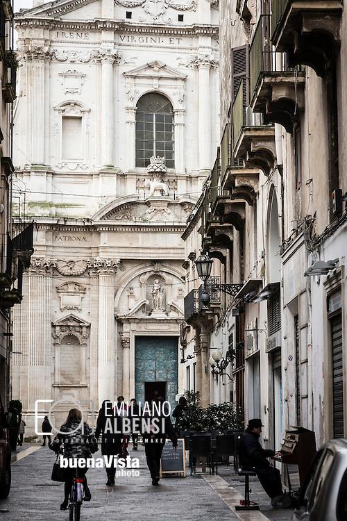 Emiliano Albensi<br /> 20/01/2017 Lecce (LE)<br /> Lecce<br /> Nella foto: a passeggio, a piedi e in bicicletta, per i vicoli del centro storico di Lecce<br /> <br /> Emiliano Albensi<br /> 20/01/2017 Lecce<br /> Lecce<br /> In the picture: walking and cycling through the narrow streets of the old town of Lecce