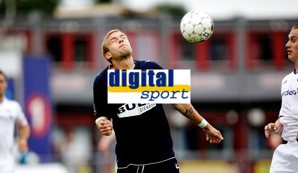 Fotball<br /> Tippeligaen<br /> Nadderud Stadion , 22.07.12<br /> Stab&aelig;k - V&aring;lerenga<br /> Christer Kleiven tar en i nepa<br /> Foto: Eirik F&oslash;rde