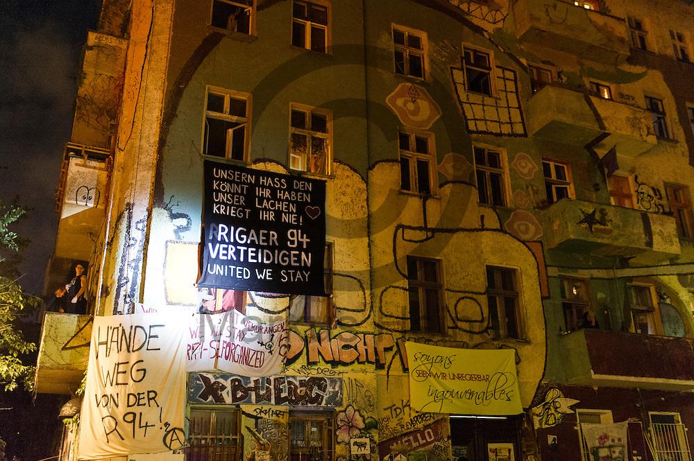 Ein Solidarit&auml;tstransparent h&auml;ngen w&auml;hrend Demonstration auf dem Dorfplatz in der Rigaer Stra&szlig;e am 05.07.2016 in Berlin, Deutschland an der Fassade der Liebigstra&szlig;e 34. Wegen des andauernden Polizeieinsatzes und der Teilr&auml;umung des besetzten Haus in der Rigaer Stra&szlig;e 94 gibt es in der Stra&szlig;e immer wieder Demonstrationen und Aktionen. Foto: Markus Heine / heineimaging<br /> <br /> ------------------------------<br /> <br /> Ver&ouml;ffentlichung nur mit Fotografennennung, sowie gegen Honorar und Belegexemplar.<br /> <br /> Bankverbindung:<br /> IBAN: DE65660908000004437497<br /> BIC CODE: GENODE61BBB<br /> Badische Beamten Bank Karlsruhe<br /> <br /> USt-IdNr: DE291853306<br /> <br /> Please note:<br /> All rights reserved! Don't publish without copyright!<br /> <br /> Stand: 07.2016<br /> <br /> ------------------------------