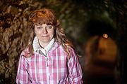 Portrait von Monika Dolezalova in einem unterirdischen Gewölbe unter den Ruinen der Kralitzer Festung wo die Brüderdruckerei gegründet wurde. Kralice nad Oslavou (deutsch Kralitz) ist eine Gemeinde in Tschechien. Sie liegt 29 Kilometer westlich des Stadtzentrums von Brno und gehört zum Okres Třebíč. Kralice war bis zur Mitte des 17. Jahrhunderts ein wichtiges Zentrum der Mährischen Brüderbewegung, hier entstand die Kralitzer Bibel.