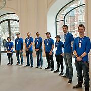 Pers werd door personeel van de Apple Store verwelkomd. De eerste officiele Apple Store van Nederland opent zaterdag haar deuren voor het publiek aan het Leidseplein te Amsterdam. Foto JOVIP/JOHN VAN IPEREN