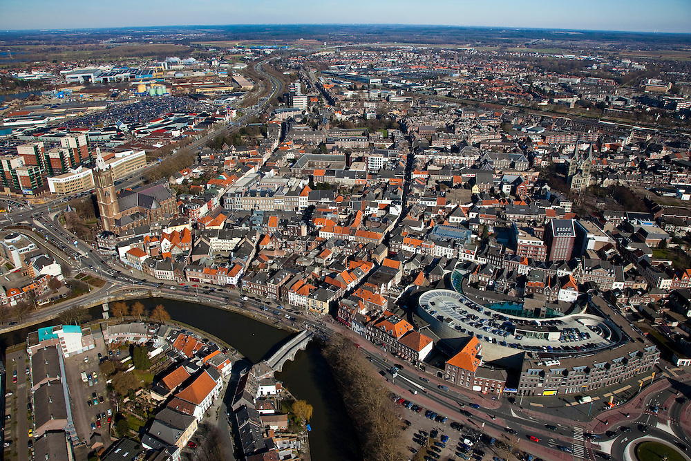 Nederland, Limburg, Roermond, 07-03-2010; groot overzicht binnenstad met rivier de Roer en Roerkade onder in beeld. Middenplan: links Sint Christoffelkathedraal, geheel rechts De Munsterkerk..Great overview of downtown and the Ruhr River.  Central Plan: left St. Christopher's Cathedral, very right The Munster Church.luchtfoto (toeslag), aerial photo (additional fee required).foto/photo Siebe Swart