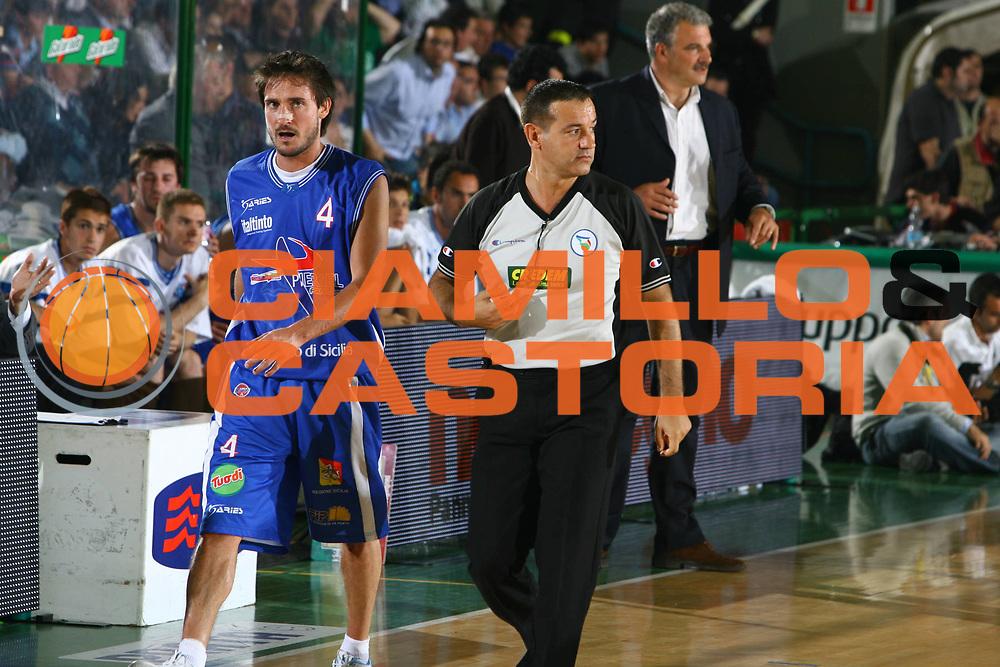 DESCRIZIONE : Avellino Lega A1 2007-08 Playoff Quarti Di Finale Gara 3 Air Avellino Pierrel Capo Orlando <br /> GIOCATORE : Gianmarco Pozzecco Arbitro <br /> SQUADRA : Pierrel Capo Orlando <br /> EVENTO : Campionato Lega A1 2007-2008 <br /> GARA : Air Avellino Pierrel Capo Orlando <br /> DATA : 15/05/2008 <br /> CATEGORIA : Delusione <br /> SPORT : Pallacanestro <br /> AUTORE : Agenzia Ciamillo-Castoria/G.Ciamillo