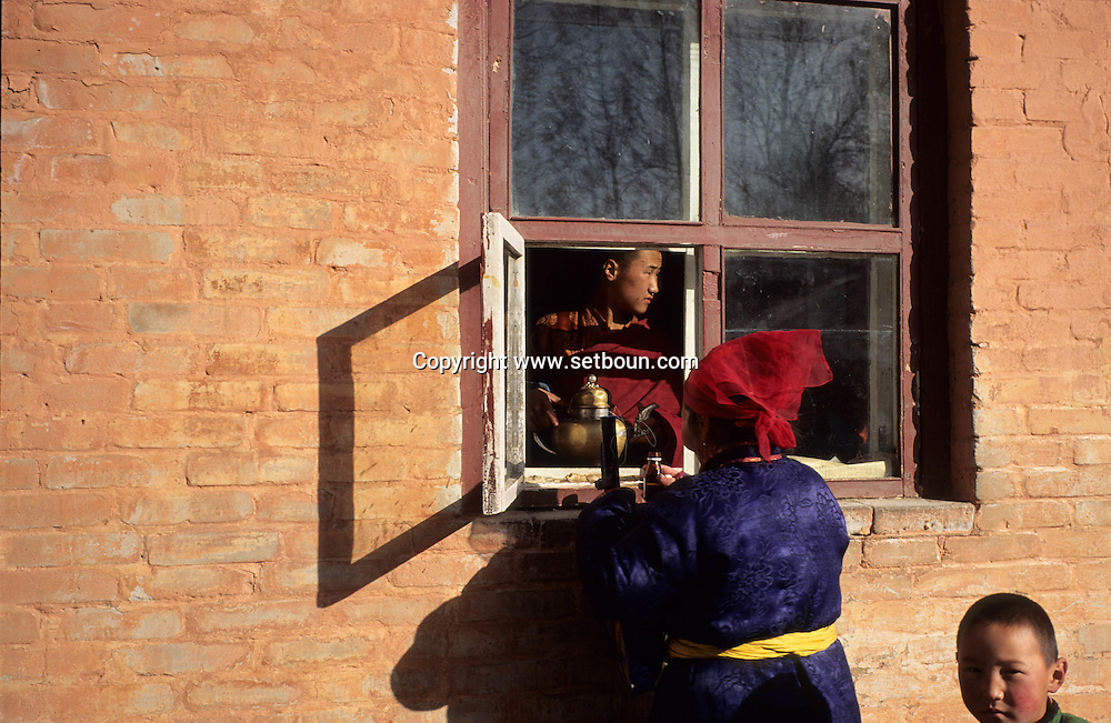Mongolia. Ulaanbaatar. Gandan Buddhist Monastery  OulanBator       / Monastère Bouddhiste de Gandan à Oulan Bator.   OulanBator  Mongolie   / R84/56    L921006a  /  P0002792 / vente des offrandes