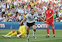 Fotball<br /> VM 2010<br /> Tyskland v England<br /> 27.06.2010<br /> Foto: Witters/Digitalsport<br /> NORWAY ONLY<br /> <br /> 1:0 Jubel Miroslav Klose (Deutschland), Torwart David James, Matt Upson<br /> Fussball WM 2010 in Suedafrika, Achtelfinale, Deutschland - England