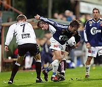 Fotball, 22. september 2003, Tippeligaen,  Sogndal-Viking 2-2,  Jone Samulesen, Viking, mellom Kurt Heggestad (7) og Anders Stadheim, Sogndal