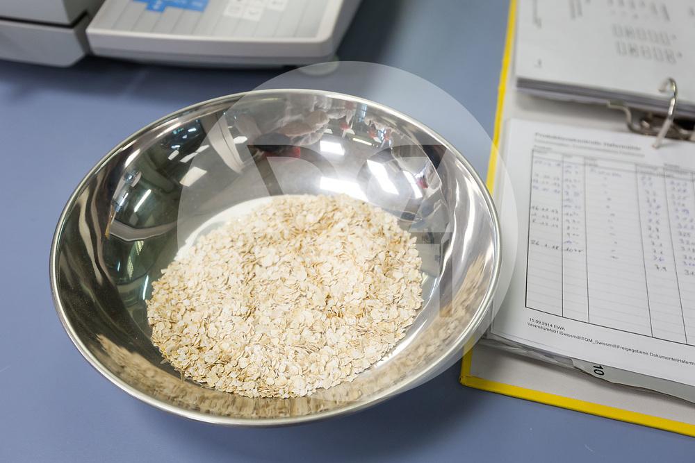 SCHWEIZ - ZÜRICH - Eine Schale mit Bio Haferflocken in der Getreidemühle Swissmill im Kornhaus - 26. Januar 2018 © Raphael Hünerfauth - http://huenerfauth.ch