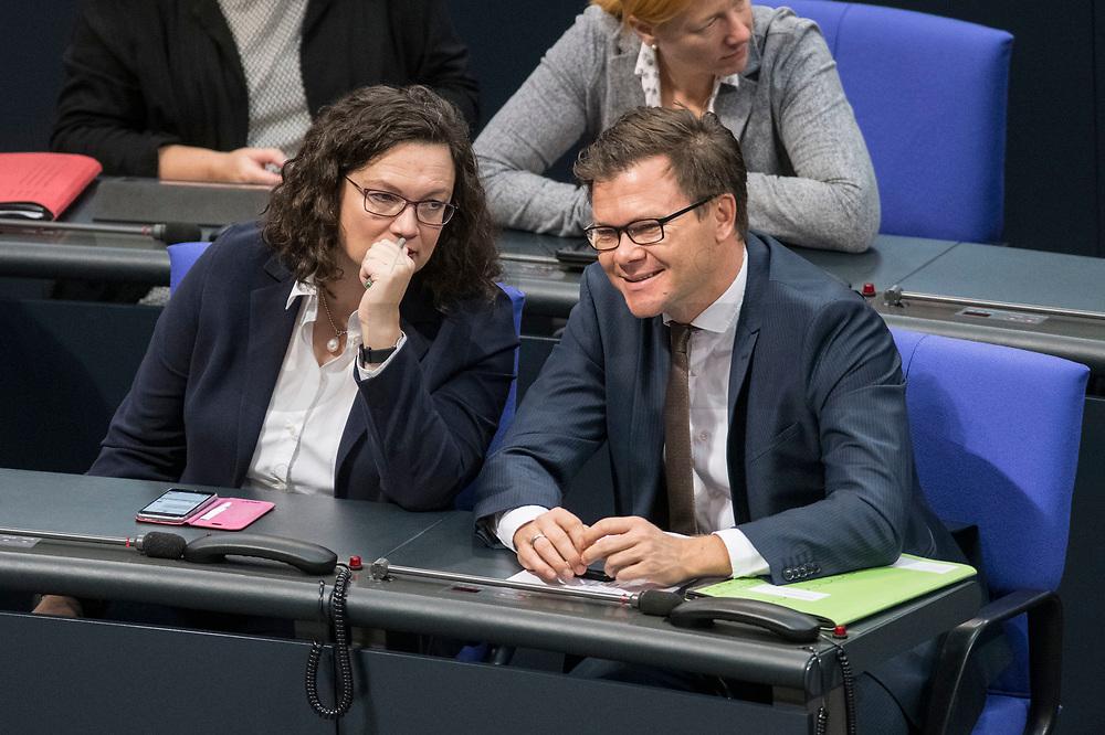 08 NOV 2018, BERLIN/GERMANY:<br /> Andrea Nahles (L), MdB, SPD Fraktionsvorsitzende, und Carsten Schneider (R), MdB, SPD, 1. Parl. Geschaeftsfuehrer, im Gespraech, Bundestagsdebatte zum Gesetzentwurf der Bundesregierung ueber Leistungsverbesserungen und Stabilisierung in der gesetzlichen Rentenversicherung, Plenum, Deutscher Bundestag<br /> IMAGE: 20181108-01-003<br /> KEYWORDS: Sitzung, Gespräch