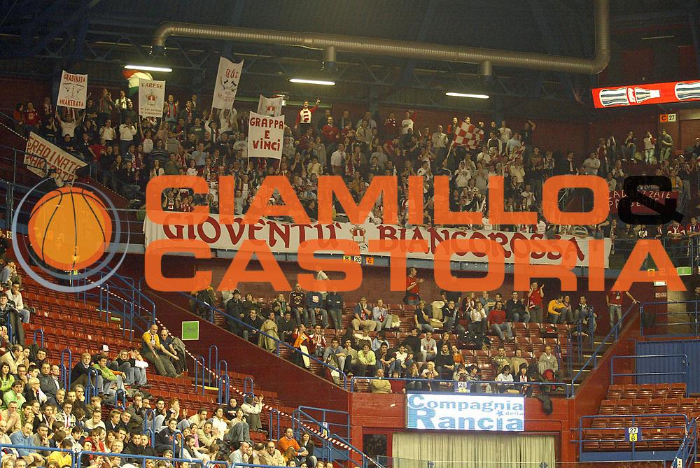 DESCRIZIONE : Milano Lega A1 2005-06 Armani Jeans Milano Whirlpool Varese <br />GIOCATORE : Tifosi<br />SQUADRA : Whirlpool Varese<br />EVENTO : Campionato Lega A1 2005-2006<br />GARA : Armani Jeans Milano Whirlpool Varese<br />DATA : 08/01/2006<br />CATEGORIA : Tifosi<br />SPORT : Pallacanestro<br />AUTORE : Agenzia Ciamillo-Castoria/S.Ceretti
