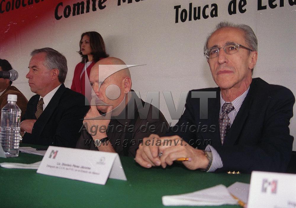 Toluca, M&eacute;x.- Isidro Pastor Medrano, lider del PRI en el estado y Dionisio Perez Jacome, delegado del CEN durante la toma de protesta del comite de financiamiento y colocacion de la primera piedra el edificio del comite municipal del PRI en Toluca. Agencia MVT / Jeu Marure. (DIGITAL)<br /> <br /> NO ARCHIVAR - NO ARCHIVE