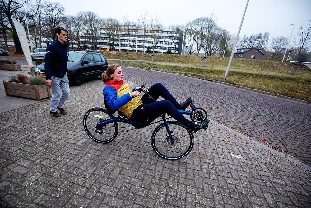In Utrecht rijdt atlete Rosa Bas voor het eerst op een ligfiets. In september wil het Human Power Team Delft en Amsterdam, dat bestaat uit studenten van de TU Delft en de VU Amsterdam, tijdens de World Human Powered Speed Challenge in Nevada een poging doen het wereldrecord snelfietsen voor vrouwen te verbreken met de VeloX 9, een gestroomlijnde ligfiets. Het record is met 121,81 km/h sinds 2010 in handen van de Francaise Barbara Buatois. De Canadees Todd Reichert is de snelste man met 144,17 km/h sinds 2016.<br /> <br /> In Utrecht athlete Rosa Bas rides a recumbent for the first time. With the VeloX 9, a special recumbent bike, the Human Power Team Delft and Amsterdam, consisting of students of the TU Delft and the VU Amsterdam, also wants to set a new woman's world record cycling in September at the World Human Powered Speed Challenge in Nevada. The current speed record is 121,81 km/h, set in 2010 by Barbara Buatois. The fastest man is Todd Reichert with 144,17 km/h.