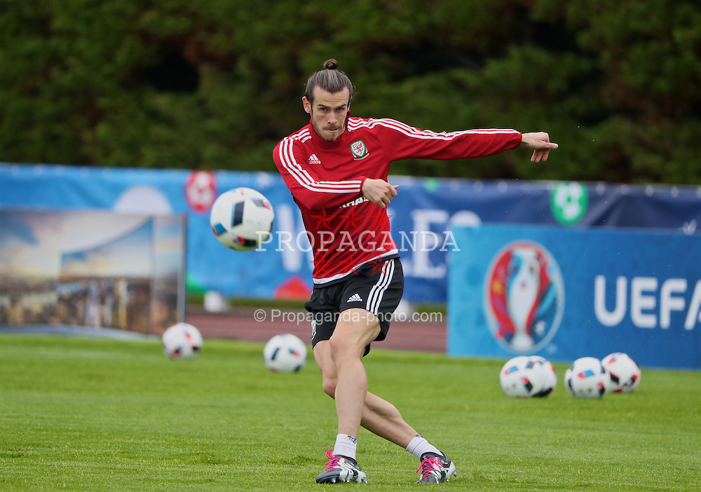 DINARD, FRANCE - Thursday, June 23, 2016: Wales' Gareth Bale during a training session at their base in Dinard as they prepare for the Round of 16 match during the UEFA Euro 2016 Championship. (Pic by David Rawcliffe/Propaganda)
