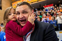 19-02-2017 NED: Bekerfinale Draisma Dynamo - Seesing Personeel Orion, Zwolle<br /> In een uitverkochte Landstede Topsporthal wint Orion met 3-1 de bekerfinale van Dynamo / Trainer/Coach Goran Aleksov met dochter