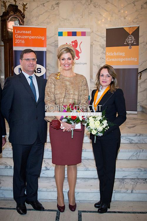 VLAARDINGEN - Koningin Maxima is aanwezig bij de uitreiking van de dertigste Geuzenpenning. De onderscheiding gaat dit jaar naar Migrant Offshore Aid Station (MOAS), een particuliere organisatie die in nood verkerende vluchtelingen op zee redt. COPYRIGHT ROBIN UTRECHT<br /> VLAARDINGEN - Queen Maxima attends the ceremony of the thirtieth Geuzenpenning. The award this year goes to Offshore Migrant Aid Station (MOAS), a private organization that rescues at sea refugees in distress. VLAARDINGEN - Koningin Maxima poseert met Regina Catrambone van MOAS na de uitreiking van de dertigste Geuzenpenning in de Grote Kerk. De onderscheiding gaat dit jaar naar Migrant Offshore Aid Station (MOAS), een particuliere organisatie die in nood verkerende vluchtelingen op zee redt. COPYRIGHT ROBIN UTRECHT