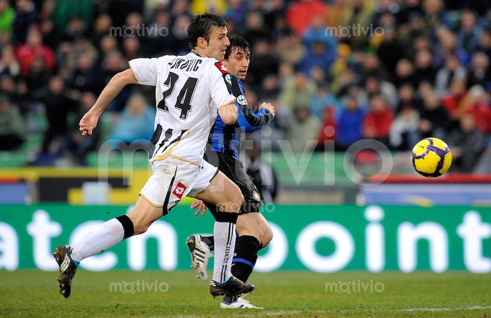 FUSSBALL INTERNATIONAL   SERIE A   SAISON 2009/2010    Udinese Calcio - Inter  Mailand        28.02.2010 Aleksandar Lukovic (li, Udinese) gegen Diego Milito (re, Inter)
