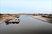 Nederland, Nijmegen, 9-9-2015De nevengeul aan de overkant van de Waal bij Lent nadert zijn voltooiing. Grootste onderdeel van de vele werken van Rijkswaterstaat om bij hoogwater een betere waterafvoer in de rivier te hebben. Het is een omvangrijk project waarbij onder meer de pijlers van het spoorviaduct een bredere basis kregen omdat die straks in de loop van het water staan. Ook de n325 die vanaf de Waalbrug naar Arnhem loopt is over 400 meter opnieuw aangelegd omdat het talud vervangen wordt door een nieuwe brug met drie gracieuze pijlers. Het dorp veur-lent komt op een kunstmatig eiland te liggen met twee bruggen als ontsluiting. Een voetgangersbrug en een andere, de Promenadebrug, voor normaal verkeer. Inmiddels begint de nieuwe kade aan de noordkant van deze geul vorm te krijgen. Ruimte voor de rivier, water, waal. In de nieuwe dijk wordt een drempel gebouwd die stapsgewijs water doorlaat en bij hoogwater overloopt.The Netherlands, NijmegenMeasures taken by Nijmegen to give the river Waal, Rhine, more space to flow during highwater and to prevent the risk of flooding. Room for the river. Reducing the level, waterlevel. Large project to create a new paralel gully, an extra flow of water, so the river can drain more water during highwater. Due to climate change and expected rise, increase of the sealevel, the Dutch continue to protect their land from the water.Foto: Flip Franssen/Hollandse Hoogte