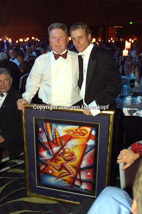 Sport,Tennis,Hopman Cup in Perth,Australien,Mixed<br /> Doubles WM, Lleyton Hewitt und Colin Naughton<br /> (Hyundai-Australia) beim Silvester Ball ,mit einem ersteigerten Bild,31.12.2001.