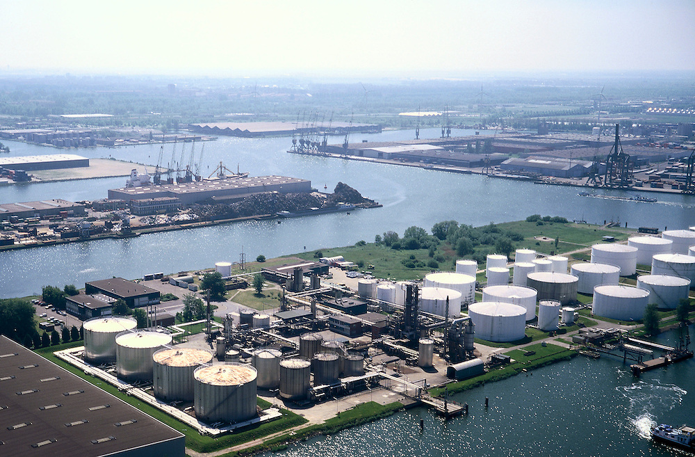 Nederland, Amsterdam, Petroleumhaven, 17/05/2002; Westelijke havengebied; opslag van aardolie (en aardolieproducten/derivaten); overslag scheepvaart economie bedrijvigheid industrie Noordzeekanaal;<br /> luchtfoto (toeslag), aerial photo (additional fee)<br /> foto /photo Siebe Swart