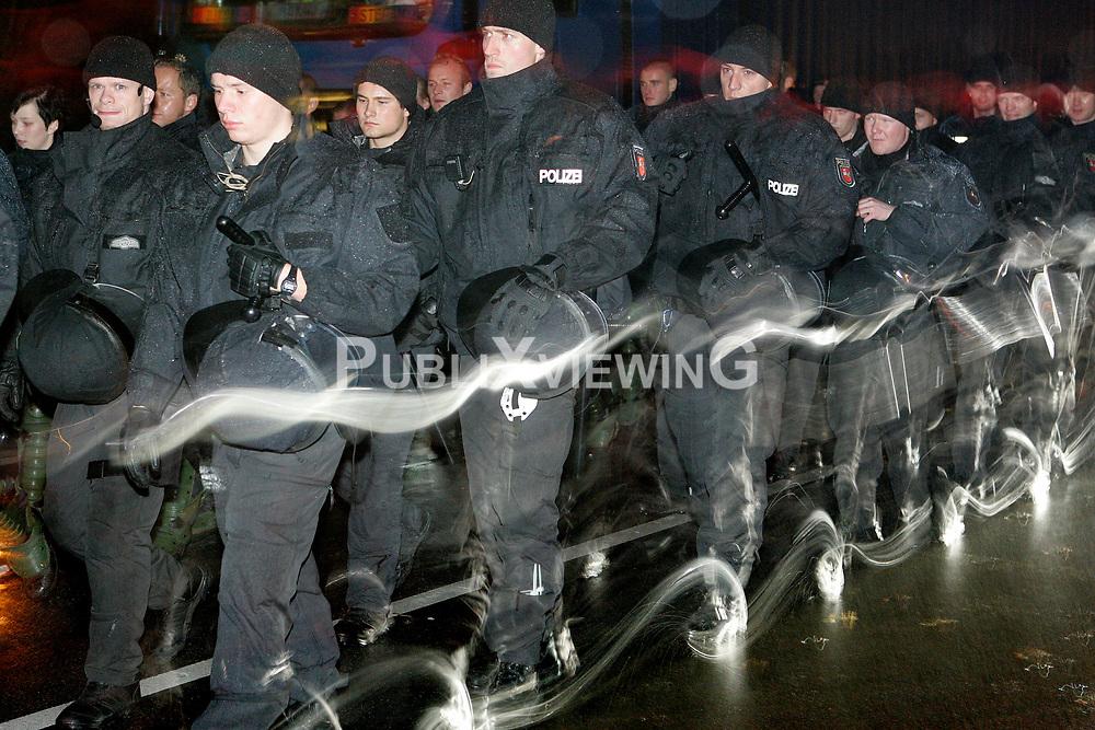 Traditionell l&auml;utet die so genannte &quot;Landmaschinenschau&quot; des Widerstandsnests Metzingen die Proteste gegen die Atomm&uuml;lltransporte ins Wendland ein. Rund 300 Castorgegner protestierten am Abend vor der Abfahrt des Zuges und blockierten rund eine Stunde die B 216 zwischen L&uuml;neburg und Dannenberg. <br /> <br /> Ort: Metzingen<br /> Copyright: Karin Behr<br /> Quelle: PubliXviewinG