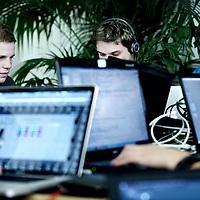 Nederland, Amsterdam , 7 juli 2011..VU organiseert wereldwijde hacking battle..DIMVA Cyber Security Conferentie..Op 7 en 8 juli zal de Vrije Universiteit Amsterdam krioelen van de hackers, security researchers, defense & computer emergency specialists van over de hele wereld. Ze komen bij elkaar voor de DIMVA Cyber Security Conferentie en een hacking battle. Het evenement is voor iedereen toegankelijk...De Vrije Universiteit organiseert deze zomer in het kader van de DIMVA (de jaarlijkse internationale conferentie over 'Detection of Intrusions and Malware, and Vulnerability Assessment') verschillende evenementen over computerbeveiliging. Computerbeveiliging en (anti-)hacking zijn focuspunten van Informatica aan de VU. Op de DIMVA-conferentie geven bekende onderzoekers keynote presentaties op het gebied van computerbeveiliging. Daarnaast zijn er researchsessies over aanval en verdediging op het web, op netwerken en op computers. Bovendien wordt er een wereldwijde hackingwedstrijd gehouden...Hackers' heaven.Op 7 juli nemen hackerteams van over de hele wereld deel aan een 'Capture the Flag' hacking battle, een reeks moeilijke puzzels binnen een bepaald scenario. De precieze aard van de battle blijft geheim tot de wedstrijddag. Met deelname van veertig teams, uit de Verenigde Staten, Rusland, Frankrijk, Duitsland, Italië, India, Korea, Colombia, Maleisië en vele andere landen, is de wedstrijd nog populairder dan de organisatoren al hadden verwacht. Welkom in hackers' heaven! De VU wordt vertegenwoordigd door twee teams van informaticastudenten..Foto:Jean-Pierre Jans
