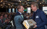UTRECHT -    aftredend NGF president,Willem Zelsmann, krijgt cadeau van Lodewijk Klootwijk (NVG).    Algemene Ledenvergadering van de Nederlandse Golf Federatie NGF.   COPYRIGHT KOEN SUYK