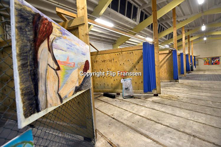 Nederland, Nijmegen, 25-2-2016Beschermde, afgesloten en overdekte afwerkloods bij de tippelzone in de stad. Huiskamer voor prostituees in hetzelfde pand. Hier kunnen zes autos tegelijk binnen staan en wordt door een beveiligingsbedrijf toezicht gehouden.Foto: Flip Franssen