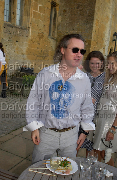 Damien  Hirst. Mollie Dent-Brocklehurst and Vanity Fair host  the opening of 'Vertigo'  a mixed art exhibition at Sudeley Castle. Winchombe, Gloucestershire. 18 June 2005. ONE TIME USE ONLY - DO NOT ARCHIVE  © Copyright Photograph by Dafydd Jones 66 Stockwell Park Rd. London SW9 0DA Tel 020 7733 0108 www.dafjones.com