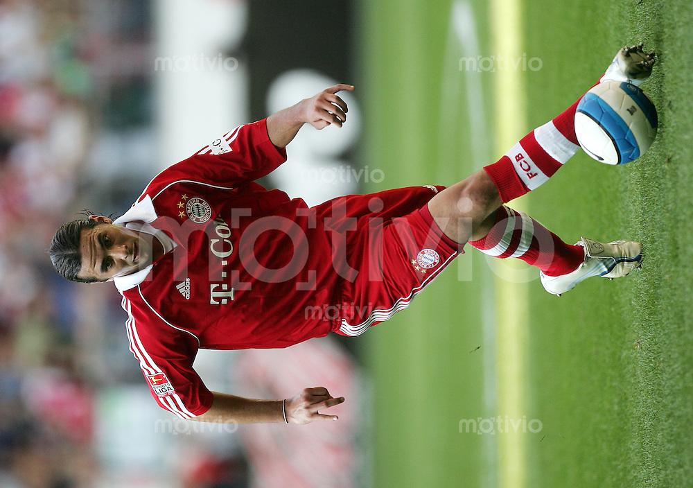 Fussball Bundesliga VFL Wolfsburg - FC Bayern Muenchen Claudio PIZARRO (FCB), Einzelaktion am Ball.