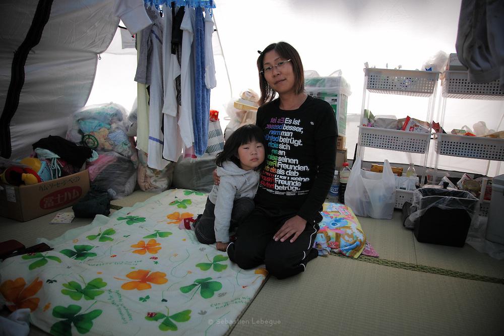 Onagawa  - Satsuki KASHIMURA - Village de tentes - juin 2011<br /> &laquo; Avant le s&eacute;isme, j'avais une vie simple sans drame. Je ne m'en rendais pas vraiment compte, mais la normalit&eacute; faisait du bien. Elle nous manque atrocement lorsquon en est priv&eacute;. Je n'&eacute;tais pas riche et ce n'est pas d'argent dont j'ai besoin aujourdhui mais d'une maison o&ugrave; je pourrais accueillir ma famille. Nous avons besoin de repos avant tout. N&eacute;anmoins, une chose assez simple auquel les organisations ne pensent pas forc&eacute;ment nous manque. Elle ferait plaisir et donnerai quelques instants de gait&eacute; &agrave; tous. Nous voulons nous amuser et faire un feu d'artifice. &raquo;