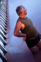 """Il complesso produttivo delle saline è situato nel comune italiano di Margherita di Savoia (nome dato dagli abitanti in onore alla regina d'Italia che molto si adoperò nei confronti dei salinieri) nella provincia di Barletta-Andria-Trani in Puglia. Sono le più grandi d'Europa e le seconde nel mondo, in grado di produrre circa la metà del sale marino nazionale (500.000 di tonnellate annue).All'interno dei suoi bacini si sono insediate popolazioni di uccelli migratori e non, divenuti stanziali quali il fenicottero rosa, airone cenerino, garzetta, avocetta, cavaliere d'Italia, chiurlo, chiurlotello, fischione, volpoca..Abitanti della zona abitualmente usano immergersi nelle acque salmastre dei bacini ritenendo che queste abbiano effetti benefici per la pelle. Nella foto un trinitapolese """"saggia"""" le acque al tramonto."""