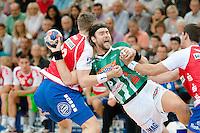 Pavel Horak (FAG) beim Wurf, gegen links Hendrik Pekeler (TBV)