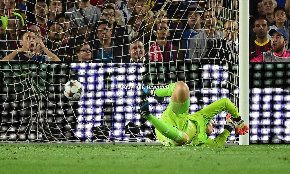 06.05.2015. Nou Camp, Barcelona, Spain, UEFA Champions League semi-final. Barcelona versus Bayern Munich.  The first goal for 1:0 scored by Lionel Messi (Barca) past keeper Manuel Neuer (FCB) as Philipp Lahm cannot stop the shot<br /> <br /> <br /> 06 05 2015 xJHx Football Champions League FC Barcelona Barca FC Bavaria Munich v l Manuel later FC Bavaria Munich Lionel Messi FC Barcelona Goal Scored goal to 1 0
