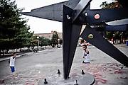 Bambini davanti al monumento dedicato ai Caduti sul Lavoro. Christian Mantuano/OneShot