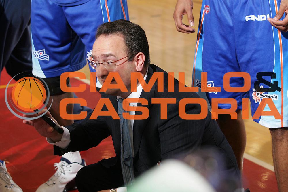 DESCRIZIONE : Reggio Emilia Lega A1 2005-06 Bipop Carire Reggio Emilia Vertical Vision Cantu <br /> GIOCATORE : Sacripanti <br /> SQUADRA : Vertical Vision Cantu <br /> EVENTO : Campionato Lega A1 2005-2006 <br /> GARA : Bipop Carire Reggio Emilia Vertical Vision Cantu <br /> DATA : 07/05/2006 <br /> CATEGORIA : Timeout <br /> SPORT : Pallacanestro <br /> AUTORE : Agenzia Ciamillo-Castoria/Fotostudio 13