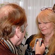NLD/Aalsmeer/20060112 - Persconferentie start Talpa Hotel Big Brother, hoofdredactrice Hummie van der Tonnekreek word geinterviewd door journalist Ger Lammens, weekend, big brother, tv, televisie, verslaggever, media, pers, opnameapparaat, bril,