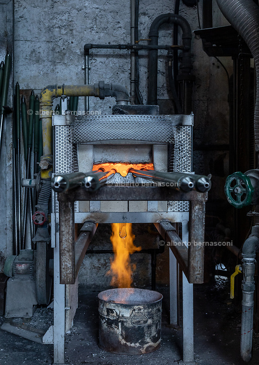 Italy, Veneto, Piombino Dese: New Group Glass Vetreria, working for Pulpo designers, Italy, Resana, Veneto: glass blowers at Nuova Vetreria Resanese, producing for Pulpo designers. Moulding what is going to be part of a glass Lamp