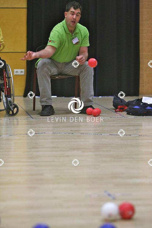 KERKDRIEL - In sporthal De Kreek is er weer een NK Boccia gehouden. Jochem Blaauwhof speelt in de theater zaal waar de recreanten Boccia spelen. FOTO LEVIN DEN BOER / PERSFOTO.NU