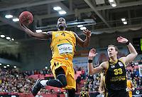 Basketball  1. Bundesliga  2016/2017  Hauptrunde  16. Spieltag  27.12.2016 Walter Tigers Tuebingen - MHP Riesen Ludwigsburg Julian Washburn (li, Tigers) gegen Chad Toppert (li, Ludwigsburg)