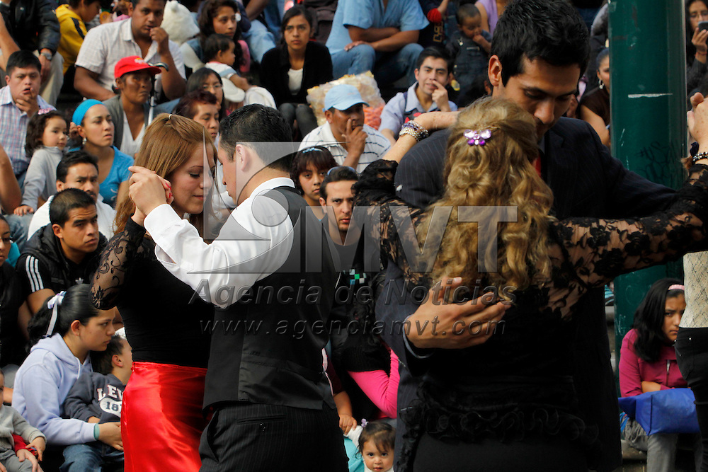 Toluca, Mex.- Integrantes de Tango Toluca celebraron en la Plaza Gonz&aacute;lez Arratia  el D&iacute;a Internacional del Tango con una demostraci&oacute;n de este baile tradicional argentino. Agencia MVT / Crisanta Espinosa. (DIGITAL)<br /> <br /> NO ARCHIVAR - NO ARCHIVE