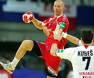 GEPA-26011050068 - INNSBRUCK,AUSTRIA,26.JAN.10 - SPORT DIVERS, HANDBALL - EHF Europameisterschaft, EURO 2010, Laenderspiel, Polen vs Tschechien. Bild zeigt Karol Bielecki (POL) und Daniel Kubes (CZE). Foto: GEPA pictures/ Thomas Bachun.FOT. GEPA / WROFOTO.*** POLAND ONLY !!! ***