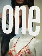 Number one  ? Vitrine de magasin avec poupé et publicité. ONE! Kaufhausvitrine eines Kleiderladens mit Schaufensterpuppe, Bikini und Werbung. © Romano P. Riedo