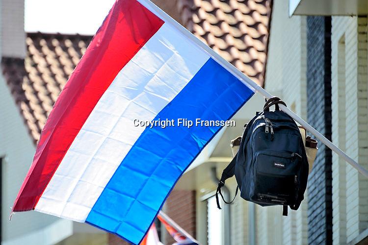 Nederland, Groesbeek, 19-6-2017 Vlag met boekentas is uitgehangen om te vieren dat het eindexamen is gehaald. Deze week hebben scholieren van het voortgezet onderwijs de uitslag van hun eindexamen gekregen. Bij veel geslaagden gaat traditioneel de vlag uit, met de schooltas aan het einde van de stok. Foto: Flip Franssen