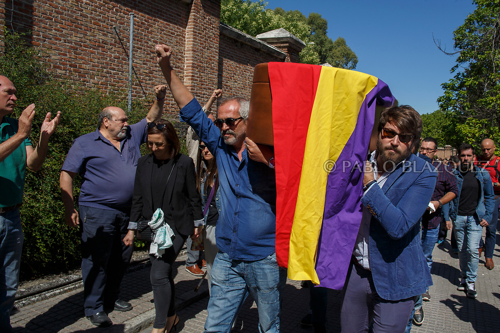 02/07/2017. Relatives and members of the Association for the Recovery of Historical Memory (ARMH) carry the coffin of Timoteo Mendieta who was assassinated in 1939 by dictator Franco's forces at a cemetery on July 2, 2017 in Madrid, Spain. General Franco forces killed Ascension's father Timoteo Mendieta in 1939 after Spain's Civil War and buried him in a mass grave in Guadalajara's cemetery together with another 22 people assassinated. Argentinian judge Maria Servini used the international human rights law and ordered the exhumation and investigation of Mendieta's mass grave. The exhumation was carried out by Association for the Recovery of Historical Memory (ARMH). Spain's Civil War took the lives of thousands of people on both sides, but Franco continued his executions after the war has finished. Spanish governments has never done anything to help the victims of the Civil War and Franco's dictatorship while there are still thousands of people missing in mass graves around the country. (© Pablo Blazquez)
