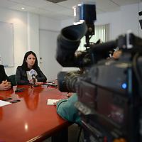 Toluca, México.- Macarena Rau Vargas, experta internacional en temas de prevención del delito y Carlos Nava Contreras, director de Seguridad Pública de Toluca, informaron sobre la certificación a 30 servidores públicos municipales en esta materia. Agencia MVT / Crisanta Espinosa