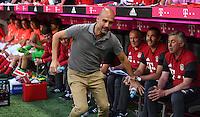 Fussball  International  Testspiel    Saison 2016/2017  FC Bayern Muenchen - Manchester City    20.07.2016 Pep Guardiola (Manchester City) schaut mal kurz bei seinen ehemaligen Kollegen auf der Bayern Bank vorbei