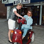Sol de Wilt Amersfoort, petra Bos legt de werking electrische rolstoel uit