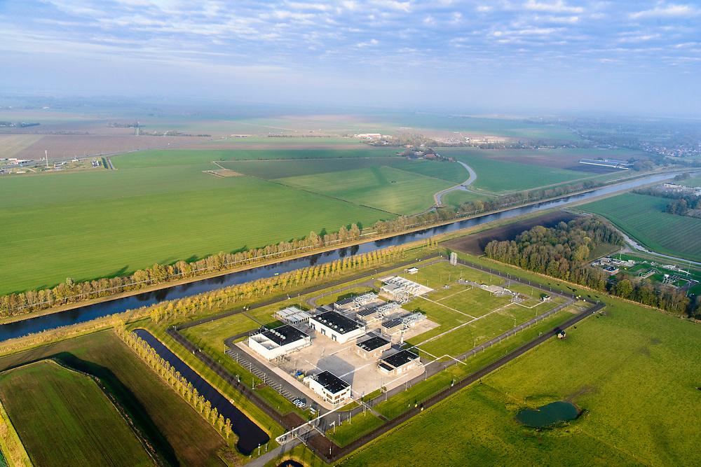 Nederland, Groningen, Oldambt, 04-11-2018; Scheemda, de Eeker overslag: bovengrondse installatie voor de overdracht van aardgas van de NAM naar de Gasunie.<br /> Above-ground installation for the transfer of natural gas from producer (NAM) to distributor (Gasunie).<br /> <br /> luchtfoto (toeslag op standaard tarieven);<br /> aerial photo (additional fee required);<br /> copyright© foto/photo Siebe Swart