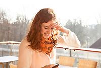Creative Workplace, junge Frau, kreativ, Arbeiten außerhalb des Büros, Mobiltelefon, Kaffeepause, Terrasse, Restaurant, Österreich, Horn