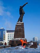 Reinigungskr&auml;fte beseitigen Schnee an der Lenin Skulptur auf dem Lenin Platz im Zentrum von Jakutsk. Jakutsk hat 236.000 Einwohner (2005) und ist Hauptstadt der Teilrepublik Sacha (auch Jakutien genannt) im Foederationskreis Russisch-Fernost und liegt am Fluss Lena. Jakutsk ist im Winter eine der kaeltesten Grossstaedte weltweit mit durchschnittlichen Winter Temperaturen von -40.9 Grad Celsius. Die Stadt ist nicht weit entfernt von Oimjakon, dem Kaeltepol der bewohnten Gebiete der Erde.Die Stadt ist nicht weit entfernt von Oimjakon, dem Kaeltepol der bewohnten Gebiete der Erde.<br /> <br /> People are cleaning snow around around the Lenin sculpture at Lenin square in Yakutsk. Yakutsk is a city in the Russian Far East, located about 4 degrees (450 km) below the Arctic Circle. It is the capital of the Sakha (Yakutia) Republic (formerly the Yakut Autonomous Soviet Socialist Republic), Russia and a major port on the Lena River. Yakutsk is one of the coldest cities on earth, with winter temperatures averaging -40.9 degrees Celsius.
