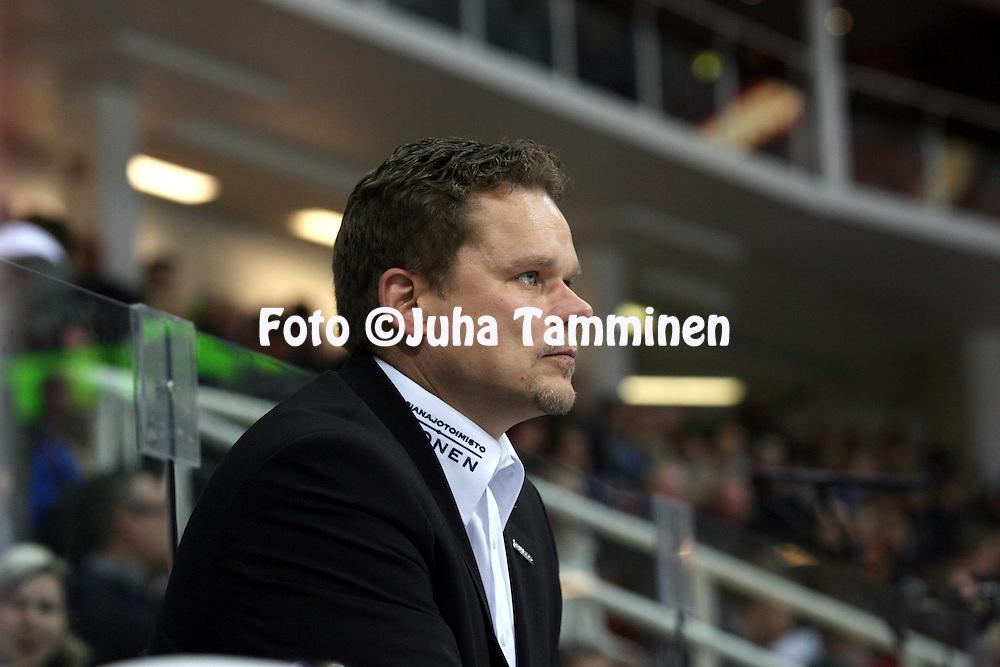 12.10.2013, Turku-halli, Turku.<br /> J&auml;&auml;kiekon SM-liiga 2012-13. TPS - Blues.<br /> Kakkosvalmentaja Riku-Petteri Lehtonen - TPS